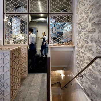 Réalisation d'un ensemble de structures pour un restaurant à Paris, en acier patiné effet rouillé, Mobilier design modulable Les Pieds Sur La Table, espace cuisine