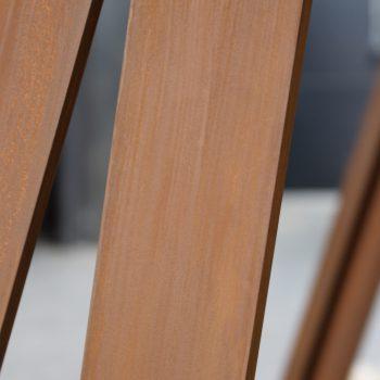 Réalisation d'un ensemble de structures pour un restaurant à Paris, en acier patiné effet rouillé, Mobilier design modulable Les Pieds Sur La Table, détail patine rouille en atelier