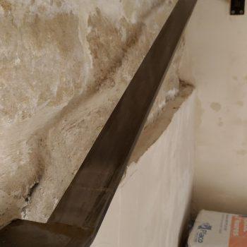Réalisation d'un ensemble de structures pour un restaurant à Paris, en acier patiné effet rouillé, Mobilier design modulable Les Pieds Sur La Table, détail rampe escalier
