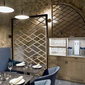 Réalisation d'un ensemble de structures pour un restaurant à Paris, en acier patiné effet rouillé, Mobilier design modulable Les Pieds Sur La Table, espace sous-sol