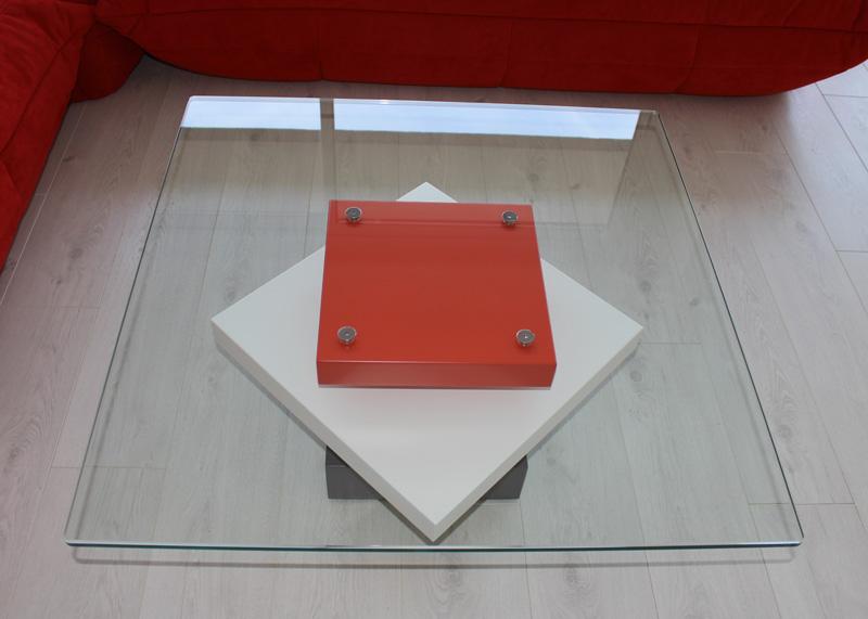 Vue dessus Table basse en verre Pied-G Uno installée dans le séjour. Réalisation maison Les Pieds Sur La Table créateur de Mobilier contemporain et fabricant sur mesure