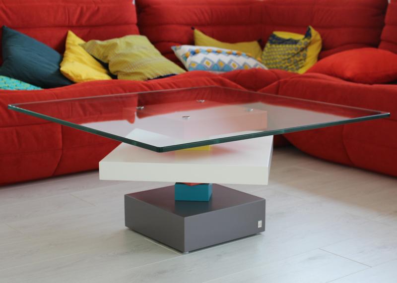Détail Table basse en verre Pied-G Uno installée dans le séjour. Réalisation maison Les Pieds Sur La Table créateur de Mobilier contemporain et fabricant sur mesure