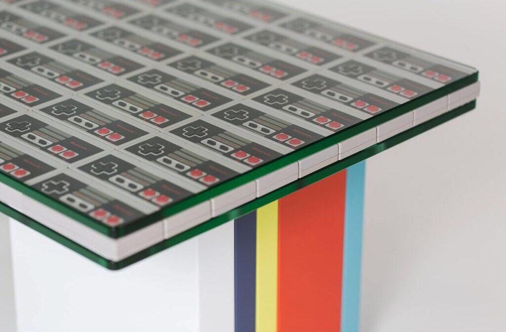 """table basse laquée en couleurs Pied G Original mobilier modulable Les Pieds Sur La Table Pièce unique """"manettes Nintendo"""" détail pied laqué"""