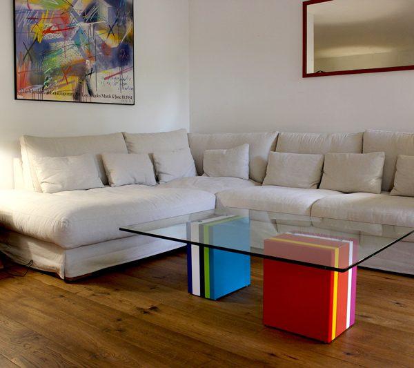 Table basse en verre sur-mesure rectangulaire et laque en couleurs Pied-G Multi réalisée pour des clients privés, couleurs coordonnées au tableau. Mobilier Les Pieds Sur La Table créateur et fabricant de meubles contemporains design sur mesure.