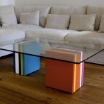 Table basse en verre rectangulaire et laque en couleurs Pied-G Multi réalisée pour des clients privés. Mobilier Les Pieds Sur La Table créateur et fabricant de meubles contemporains design sur mesure.