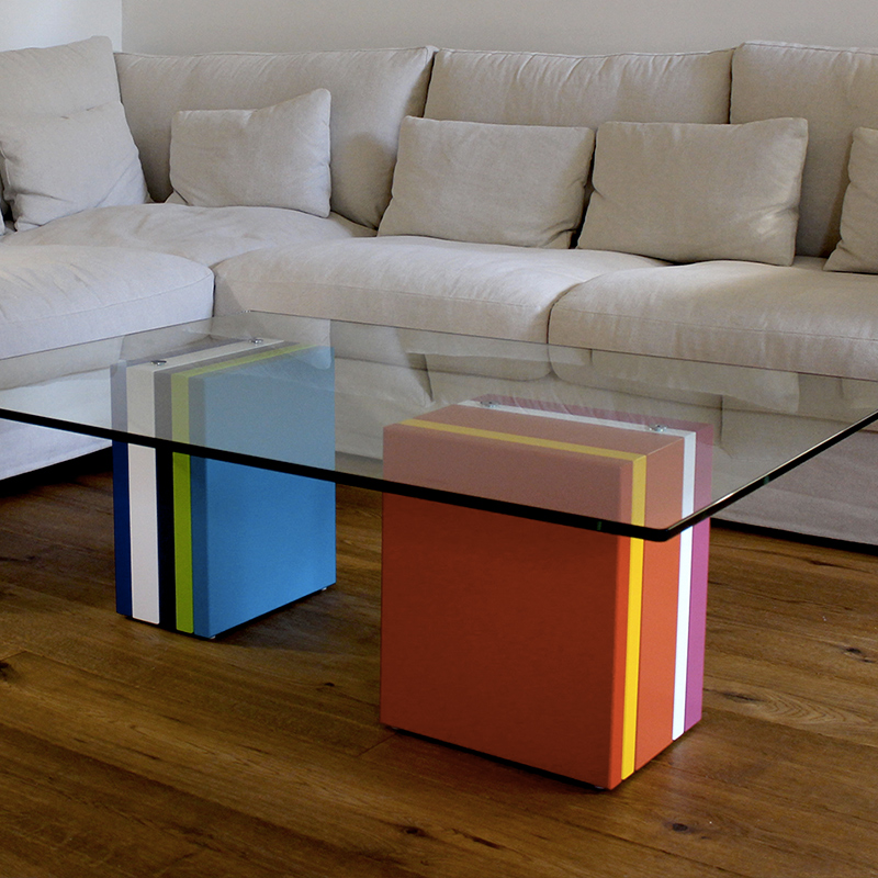 Table basse en verre sur-mesure rectangulaire et laque en couleurs Pied-G Multi réalisée pour des clients privés. Mobilier Les Pieds Sur La Table créateur et fabricant de meubles contemporains design sur mesure.